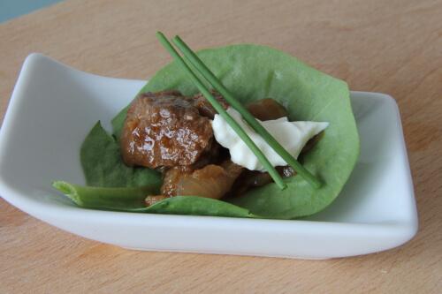Stoofvlees Indisch met ui in spinazieblad